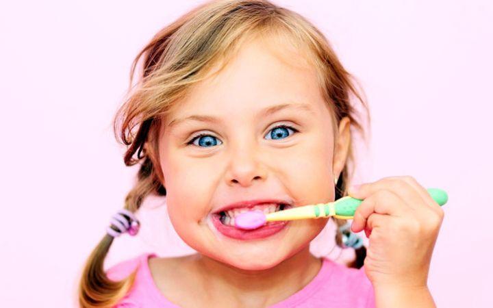 Как научить ребенка чистить зубы