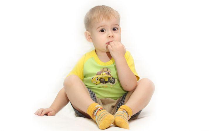 Ребенок грызет ногти, что делать