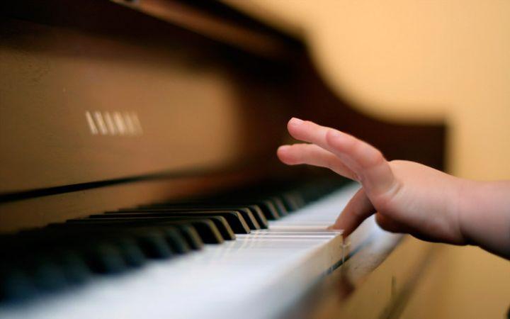 Как ребенка научить играть на пианино