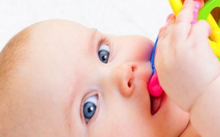 Как понять, что у ребенка режутся зубы