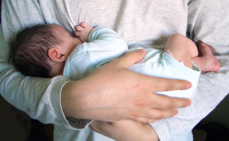 Брать на руки своего ребенка во сне