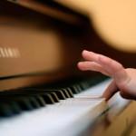 kak naucit igrat na pianino
