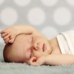 pochemy novorogdennii vzdragivaet rukami