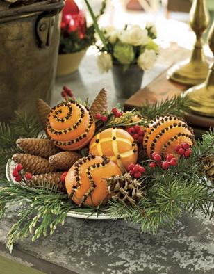 композиция из елок, веток, апельсинов
