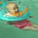 купание новорожденного кругом на шее