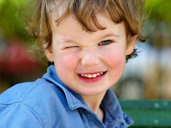 Ребенок моргает глазами