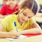 ребенок пишет в тетради